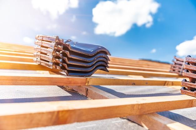 Produção de telhados de telhas cerâmicas em casa de família.