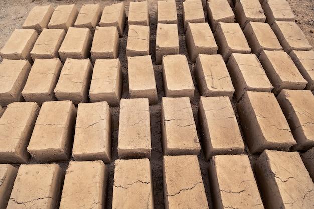 Produção de tijolos de barro em pilhas