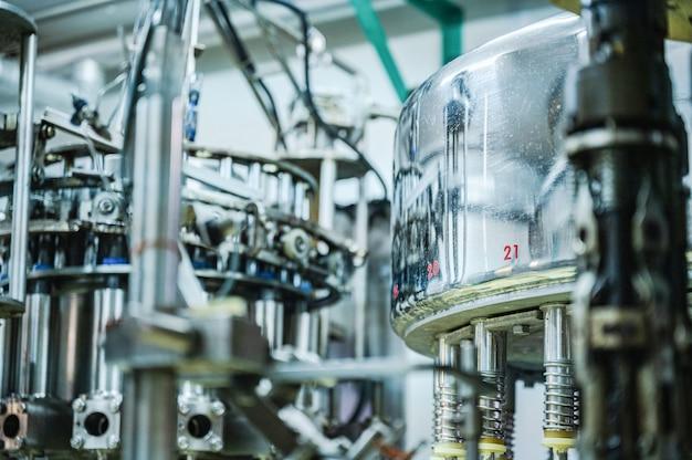 Produção mecânica de alimentos automática, tecnologia de máquina moderna para planta da indústria de manufatura, linha de equipamentos de automação para trabalho industrial de negócios, processo de engenharia