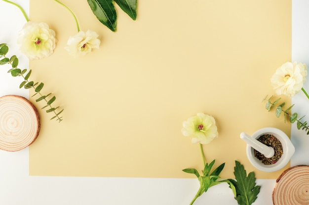 Produto cosmético de beleza com ingrediente natural e flor.