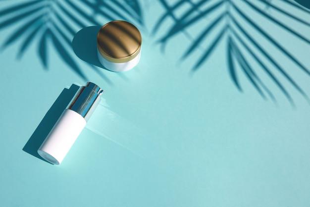 Produto cosmético natural com folha de palmeira tropical, cópia espaço