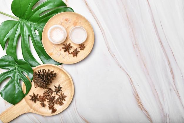 Produto de beleza em creme natural para a pele com óleo de especiarias, embalagens de recipientes de cosméticos com folhas verdes da natureza, rótulo em branco para mock-up de marca de spa orgânico, cuidados com a pele saudáveis à base de ervas