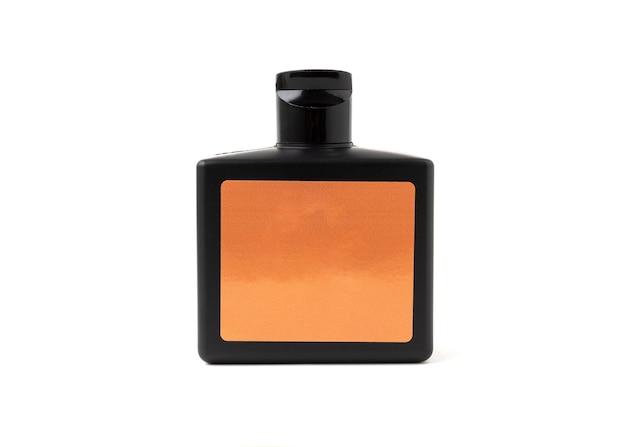 Produto de garrafa de plástico de cor preta isolado no fundo branco.