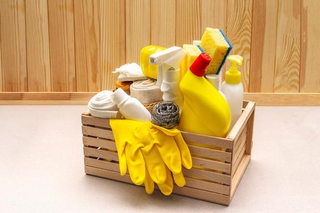 Produto de limpeza da casa em caixa de madeira