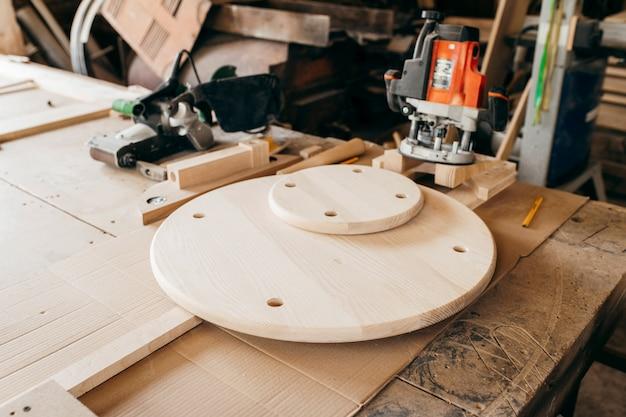 Produto de madeira com furos após fresadora para madeira