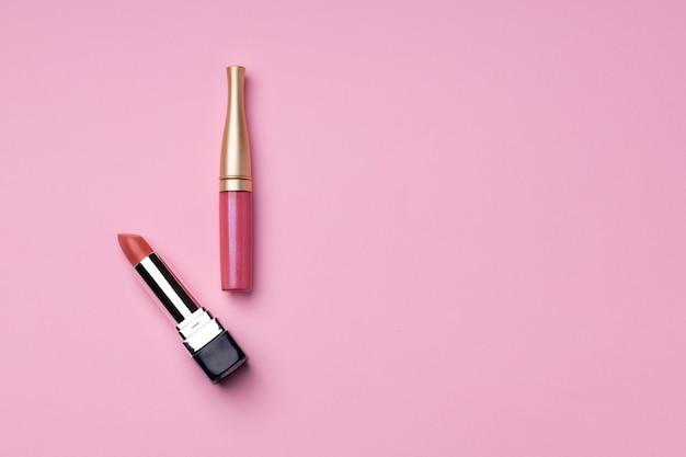 Produto de maquiagem labial em fundo rosa