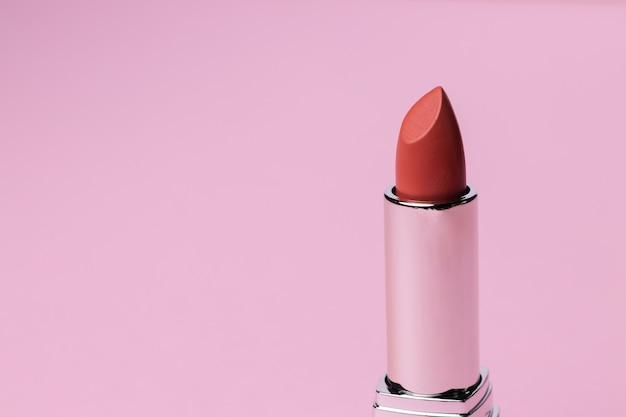 Produto de maquiagem para lábios rosa close up