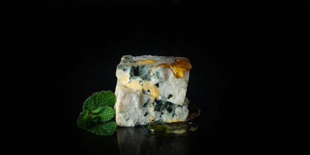 Produto lácteo com molde de queijo azul feito de leite de cabra, ovelha ou vaca
