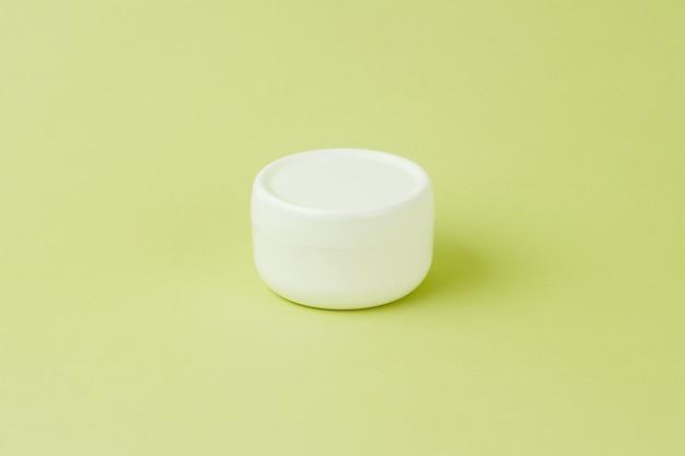 Produto orgânico para a pele com ingredientes naturais em verde claro