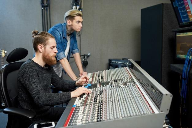 Produtores de som em estúdio
