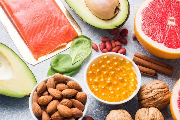 Produtos alimentares antioxidantes saudáveis: peixe e abacate