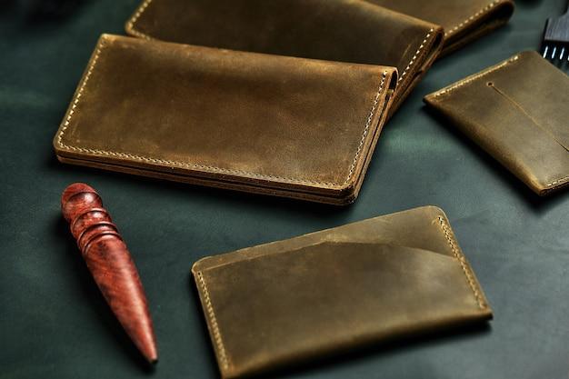 Produtos artesanais feitos de couro genuíno amarelo e vermelho. capa de passaporte de couro, carteira de couro. artigos de couro para homens. a vista do topo.