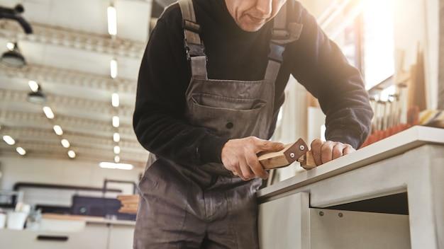 Produtos atemporais com atenção especial aos detalhes, lixar e polir pranchas de madeira