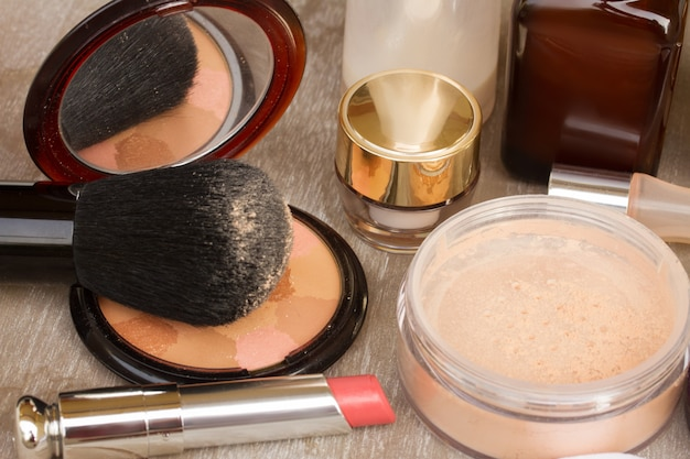 Produtos básicos de maquiagem - base, pó e batom