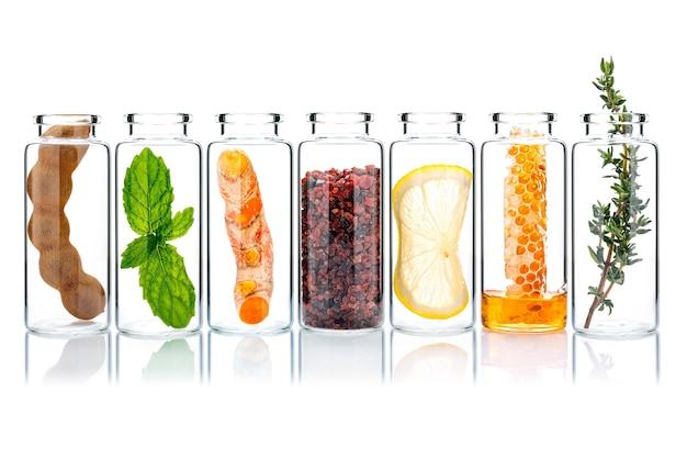 Produtos caseiros para a pele e esfoliantes corporais com ingredientes naturais em frascos de vidro isolados