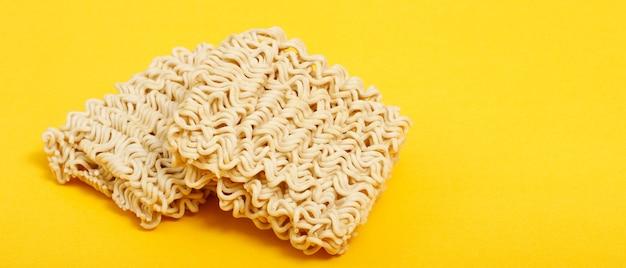 Produtos contendo macarrão instantâneo feito de farinha de trigo com alto teor de proteína
