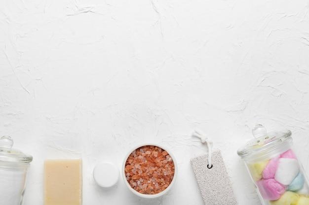 Produtos cosméticos alinhados para spa