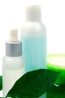 Produtos cosméticos com folha verde sobre fundo branco