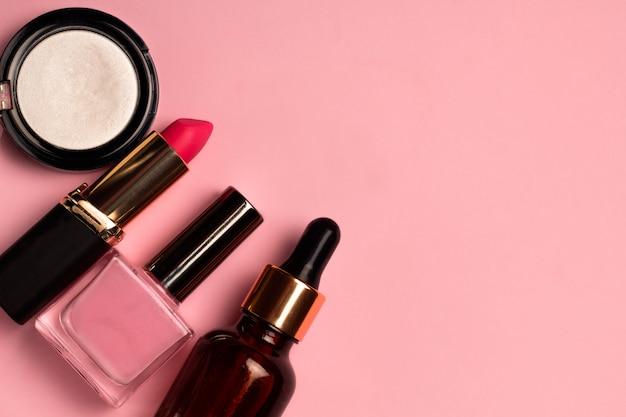 Produtos cosméticos conjunto fundo rosa pastel com lugar para texto