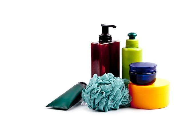 Produtos cosméticos de banho e esponja em branco