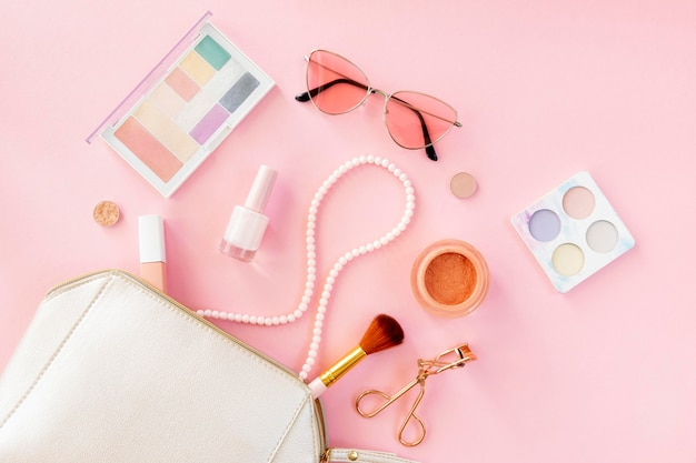 Produtos cosméticos de beleza com bolsa