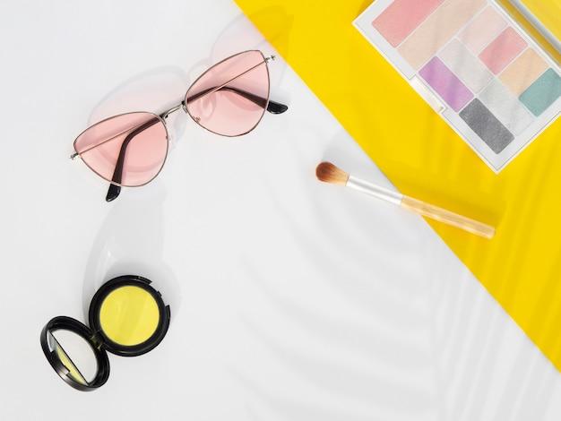 Produtos cosméticos de beleza com óculos de sol