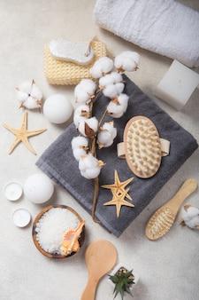 Produtos cosméticos de beleza de spa e ferramentas sobre fundo branco de concreto. espaço de cópia da vista superior