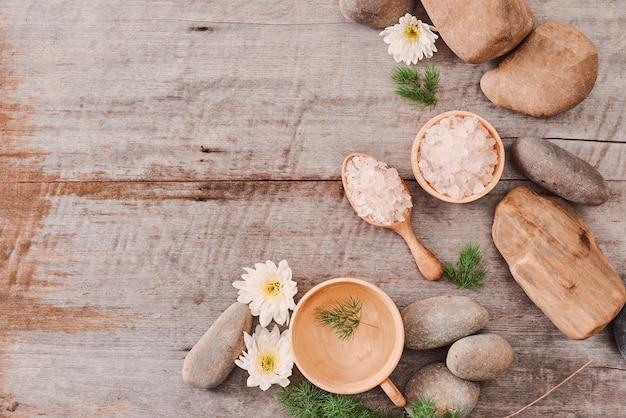 Produtos cosméticos de camomila cuidados com o corpo no fundo da mesa de madeira