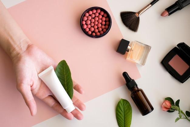 Produtos cosméticos de maquiagem em fundo de beleza.