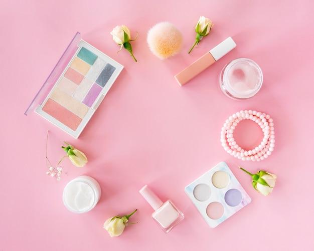Produtos cosméticos de mulher com flores