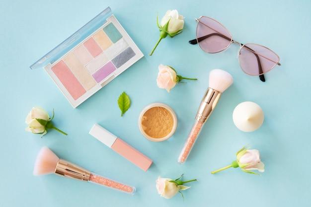 Produtos cosméticos de mulher com rosas