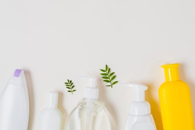 Produtos cosméticos diferentes no fundo branco