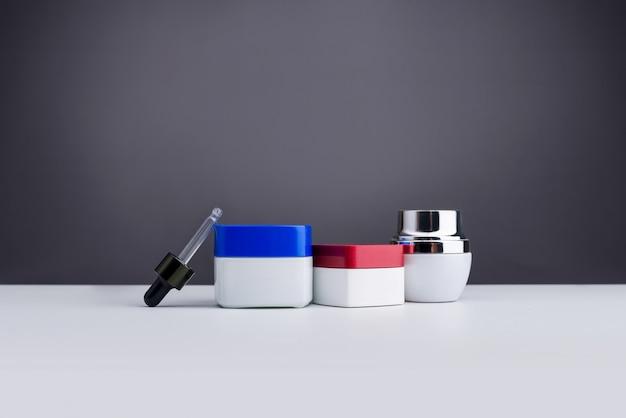 Produtos cosméticos e de beleza para cuidados com o corpo em frascos isolados em cinza