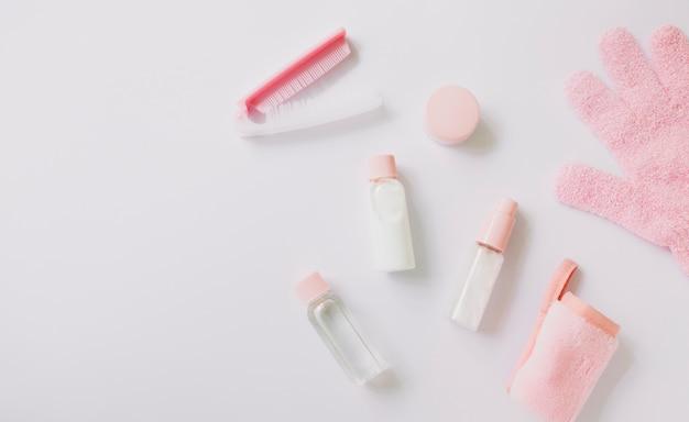 Produtos cosméticos; escova; luvas de pele e guardanapo enrolado