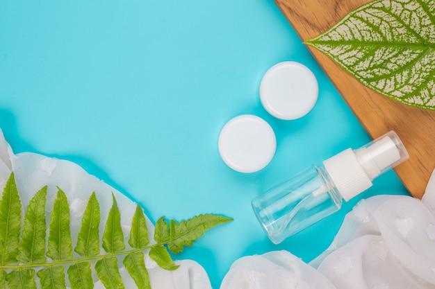 Produtos cosméticos femininos deitado no azul.