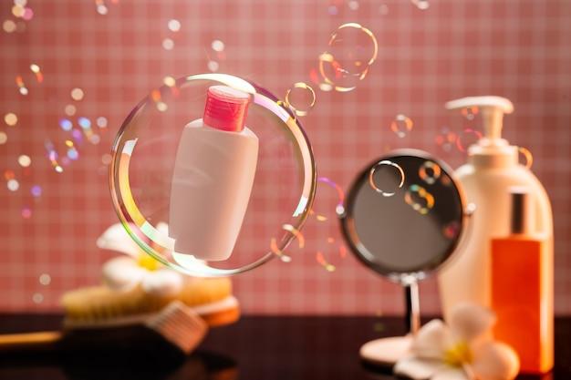 Produtos cosméticos. frasco de gel de banho em uma bolha de sabão. cosméticos