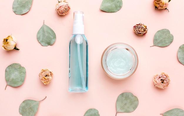 Produtos cosméticos orgânicos de vista superior com folhas