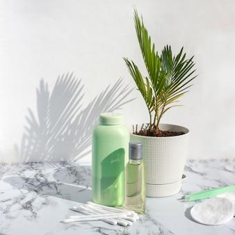 Produtos cosméticos para a pele com sombra de folhas de palmeira