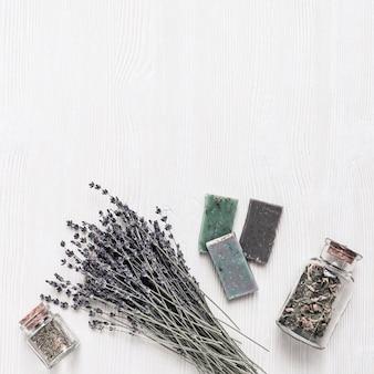 Produtos cosméticos para banheiro, sabonete natural com flores de lavanda, ingredientes naturais