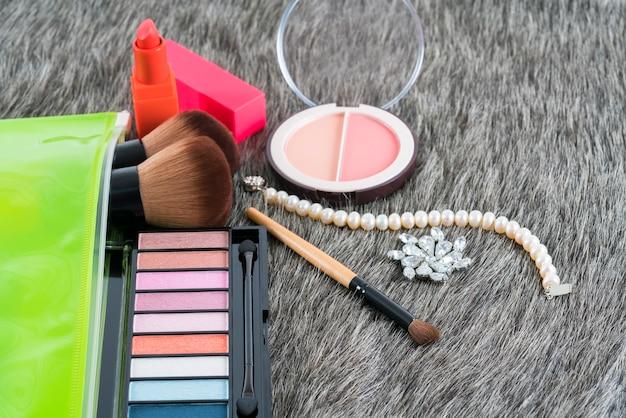 Produtos cosméticos para maquiagem: paleta de sombras e blush compacto em peles falsas