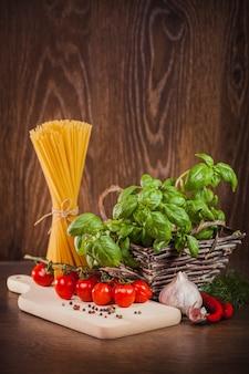 Produtos crus no espaguete italiano
