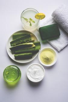 Produtos de aloe vera como gel, suco, creme hidratante, sabonete, pó