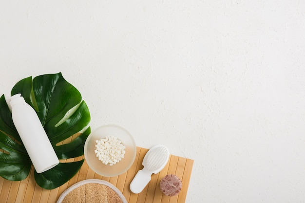 Produtos de banho com folhas na mesa com espaço de cópia