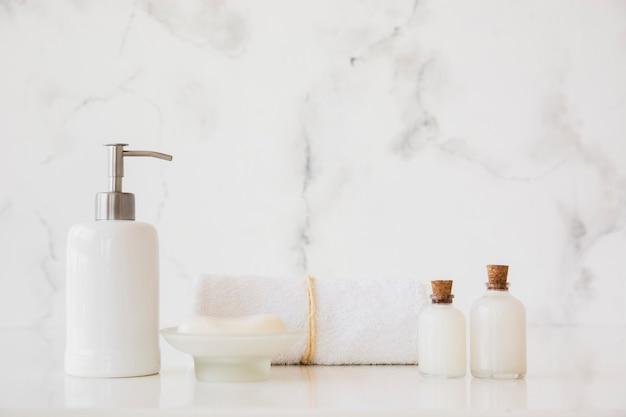 Produtos de banho na mesa com espaço de cópia