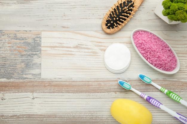 Produtos de banho na parede clara com espaço de cópia. gel de banho com sal aromático, sabonete e outros produtos de higiene.