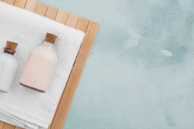 Produtos de banho na toalha com espaço de cópia