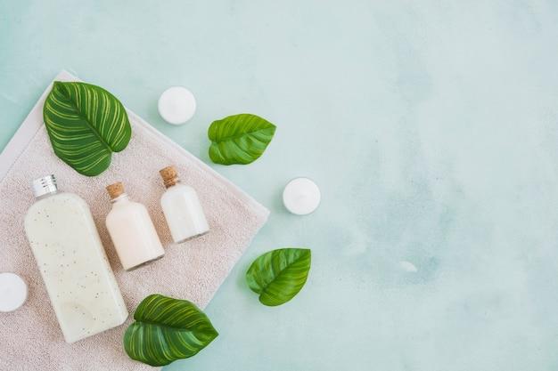 Produtos de banho na toalha com fundo de mármore azul
