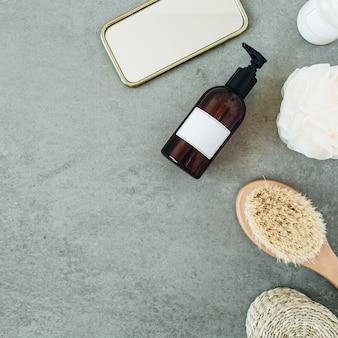 Produtos de banho: sabonete líquido, escova, espelho, esponja