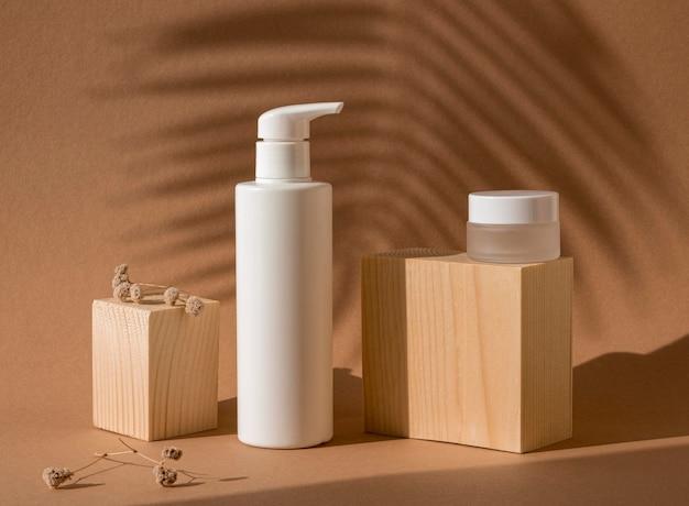 Produtos de beleza em diferentes recipientes arranjados com blocos de madeira