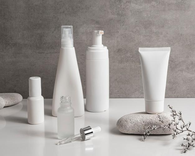 Produtos de beleza modernos em arrumação de recipientes